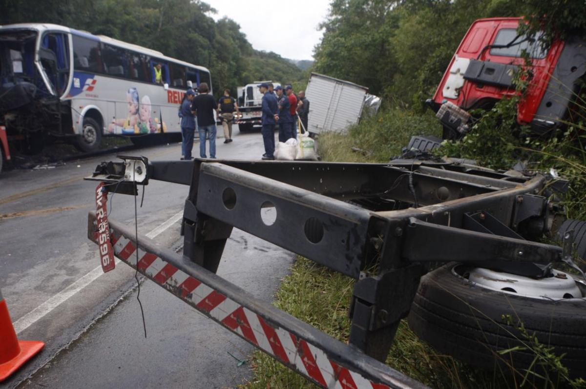 Colisão entre ônibus e caminhão deixa morto e feridos na BR-282  - Flávio Tin/ND