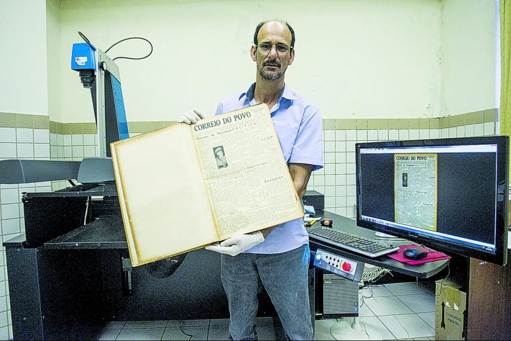O bibliotecário exibe um exemplar original do periódico