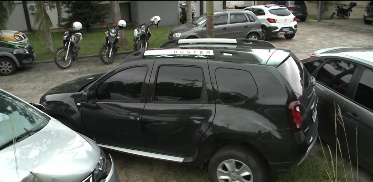 Bandidos ordenaram que a motorista abrisse as portas do carro - Reprodução RICTV/Divulgação/ND
