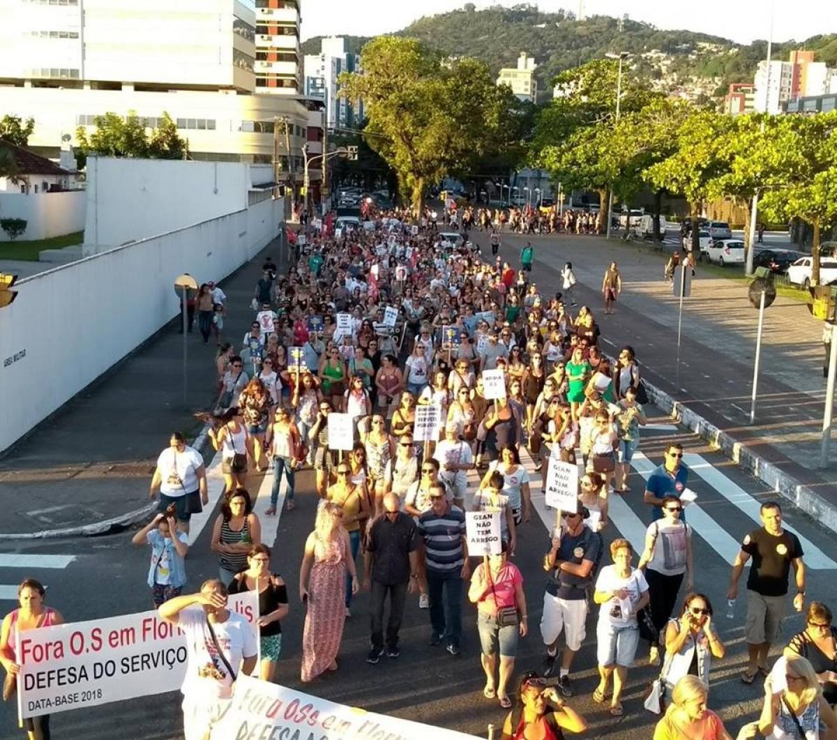 Servidores caminham para ato no Centro após decidirem por manter a greve na Capital - Sintrasem/Divulgação