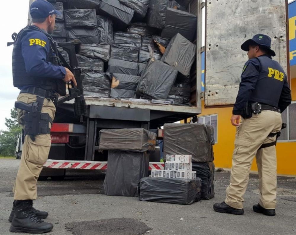 Nota indicava que o caminhão transportava biscoitos, mas o compartimento estava lotado de cigarros paraguaios - PRF/Divulgação/ND