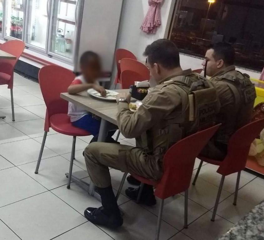 Soldados pagam almoço para menino carente - Divulgação/ND