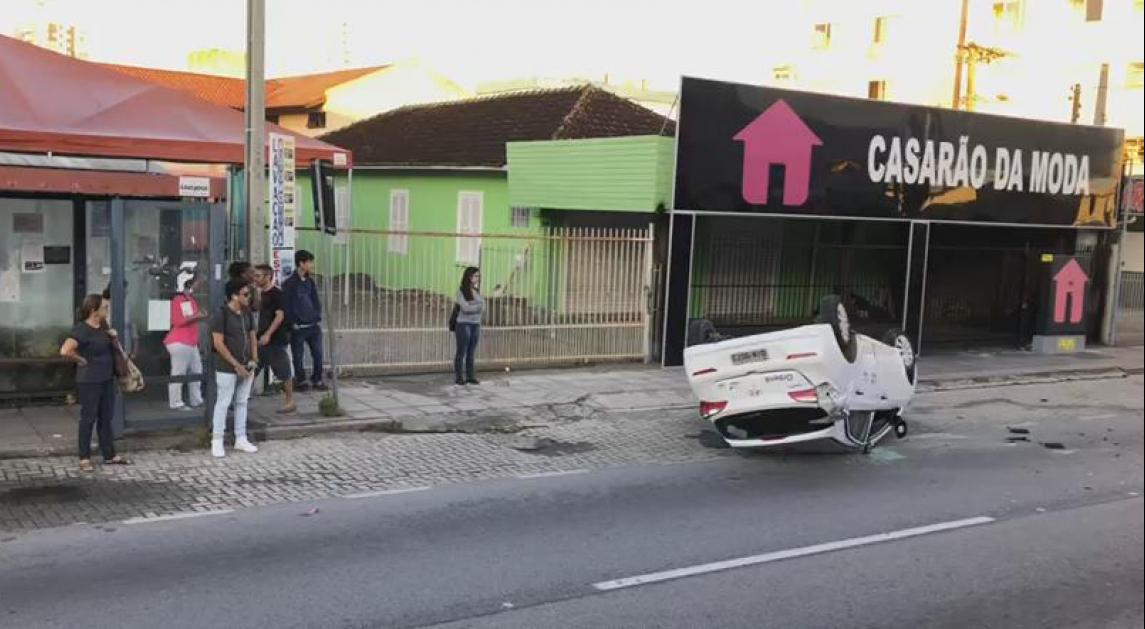 Carro capotou por volta das 7h na avenida Leoberto Leal, em São José - Daniel Hugen/RICTV Record/ND