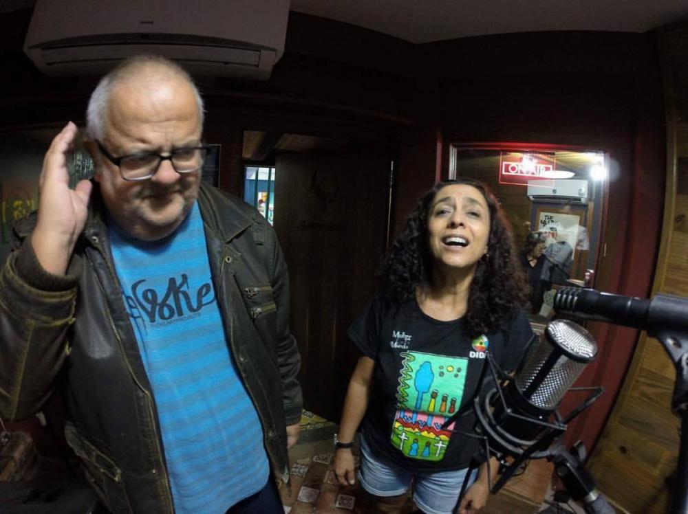 Marcelo Muniz (à dir) e Denise de Castro gravando o álbum recém-lançado dele - Reprodução Facebook/Divulgação