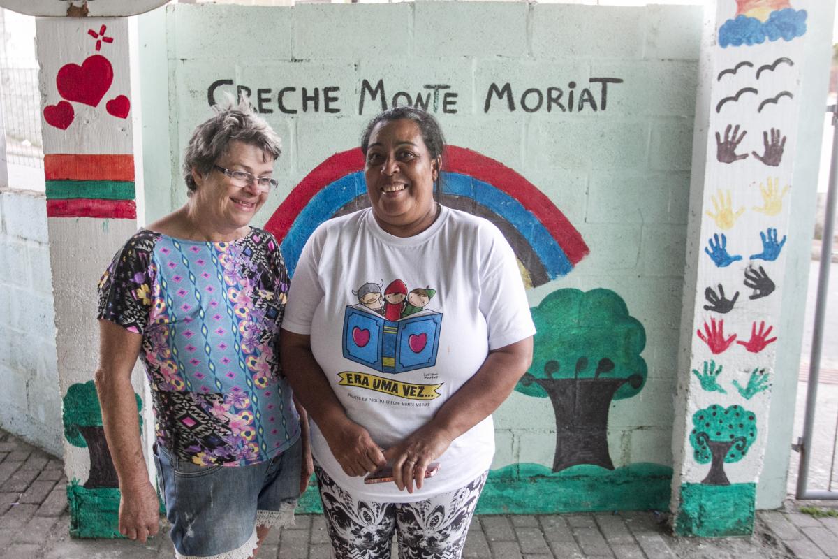 Barbina (à esq.) e Eva, fundadoras da creche, ajudam como podem - Marco Santiago/ND