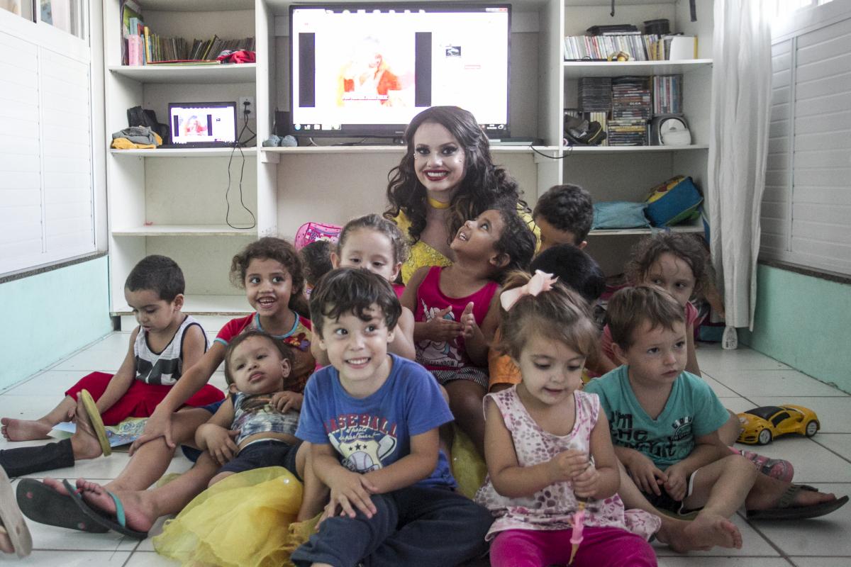 Tuane, aluna da Udesc, com as crianças da creche que precisa de recursos para continuar aberta - Marco Santiago/ND