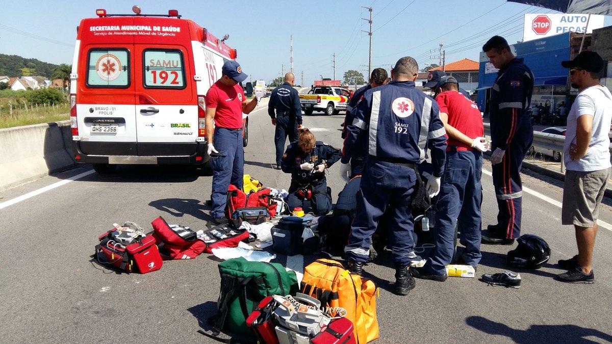 Equipes do Samu e do Arcanjo trabalhando na estabilização do quadro da vítima - Arcanjo/Divulgação/ND