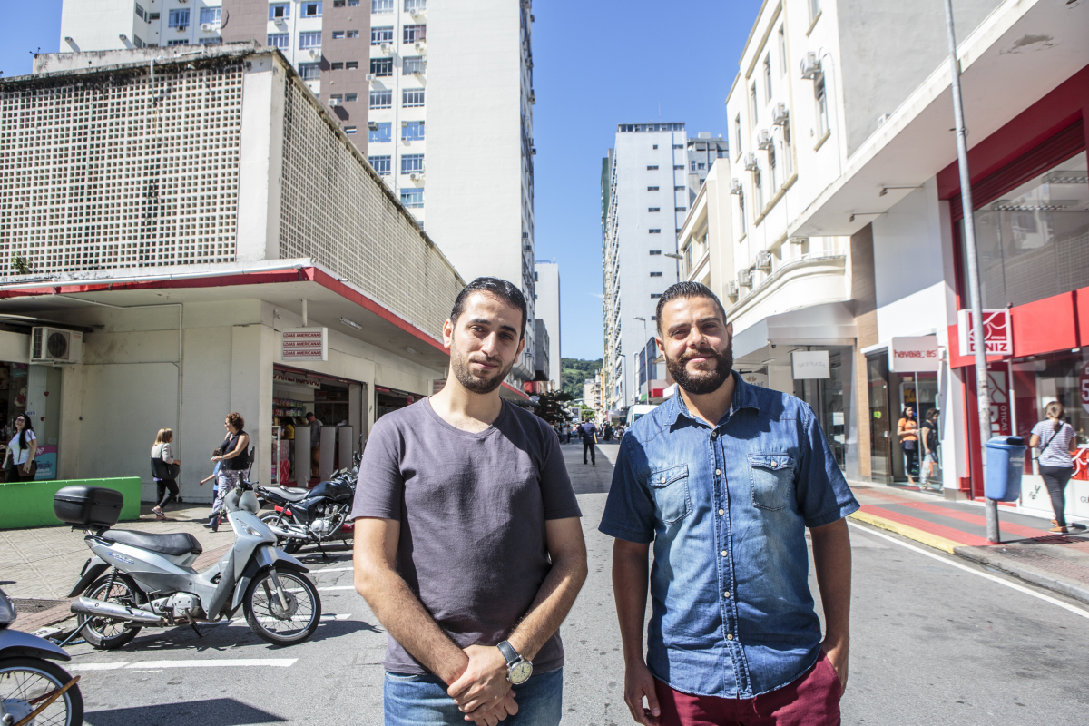 """""""A gente não tem mais país"""", diz Albaraa Hamoy (à esq. ), que fugiu da Síria junto ao amigo Mahnoud Sagherji. Ambos reconstroem suas vidas e histórias dolorosas - Daniel Queiroz/ND"""