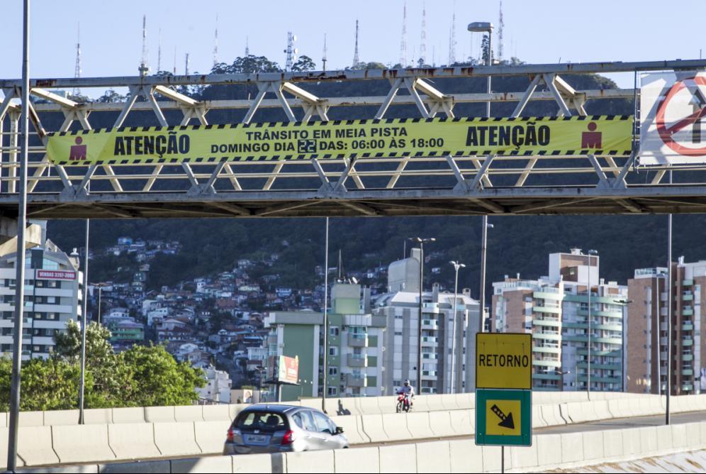 Faixas em viadutos alertam motoristas para mudanças no domingo - Marco Santiago/ND
