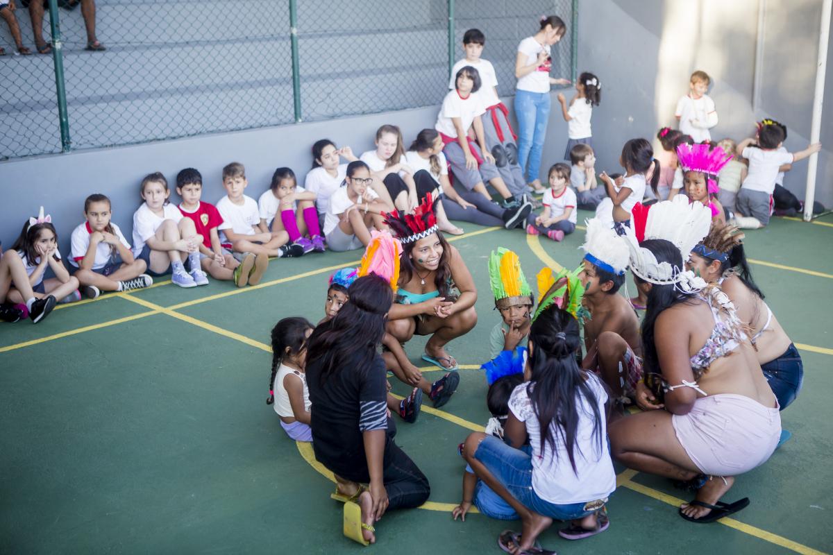Atividade realizada nesta quinta-feira no Colégio Guarapuvu permitiu que alunos conhecessem os índios - Flávio Tin/ND