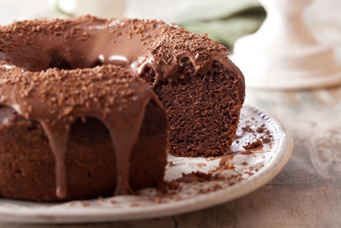 Bolo de chocolate com calda e sem açúcar - Cia União