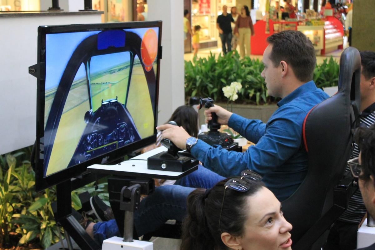 Simulador real de voo do avião caça e combate motion - Divulgação
