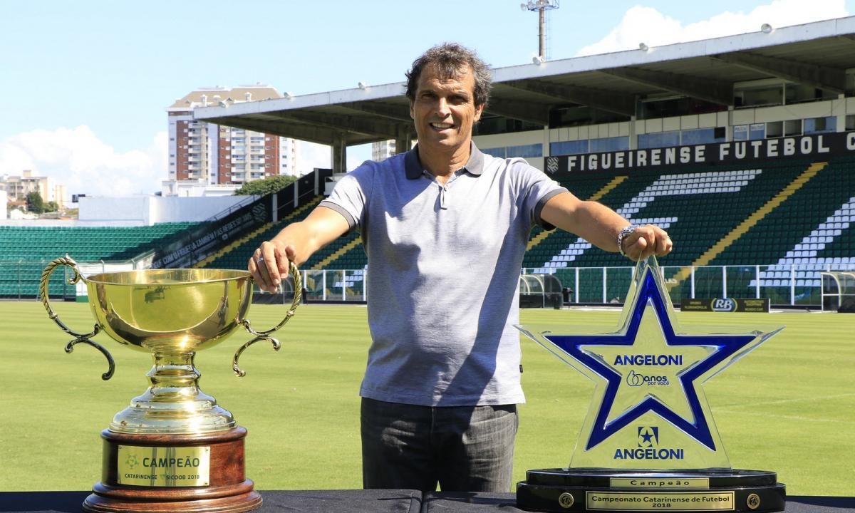 Milton Cruz exibe a conquista do Figueirense - Luiz Henrique/Figueirense FC/divulgação
