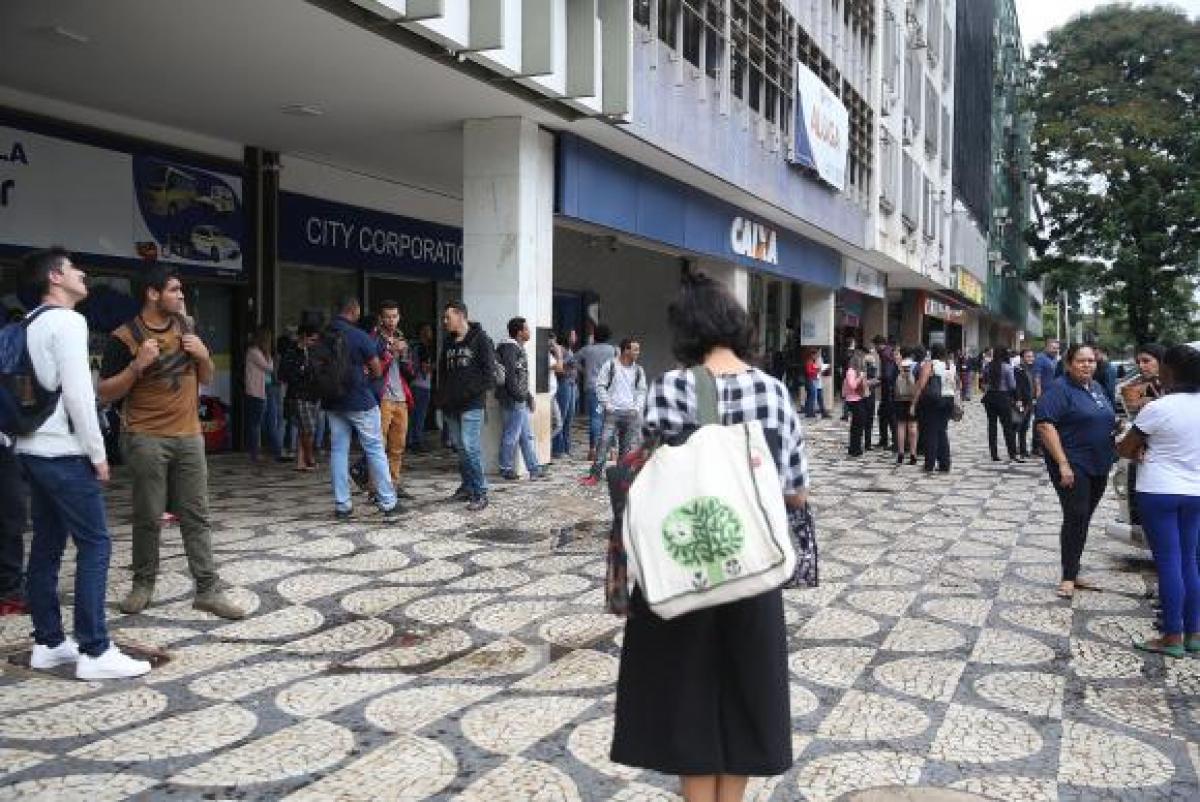 Servidores deixam prédio no Setor Comercial Sul em Brasília, após tremor de terra - José Cruz/Agência Brasil