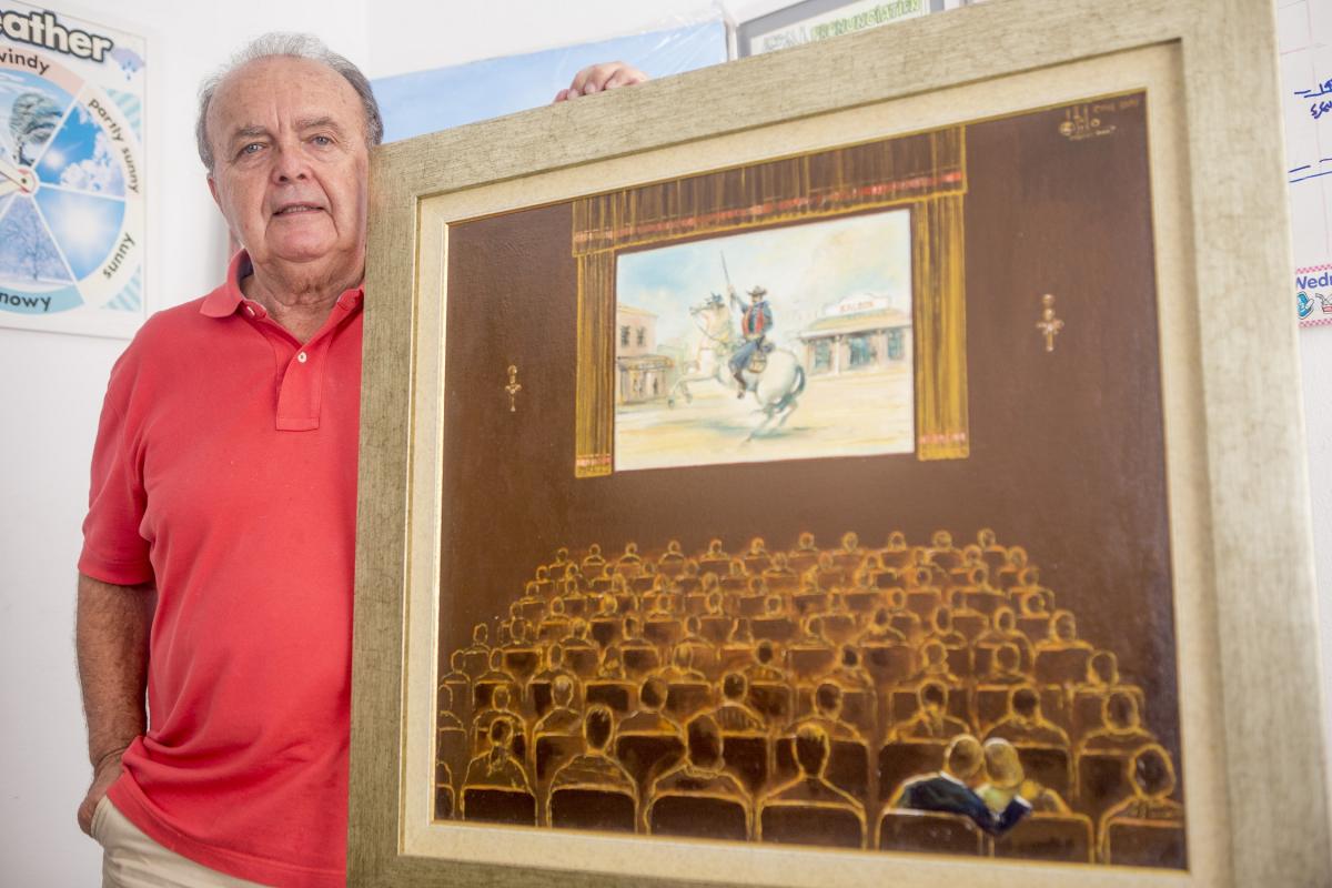 Átila Ramos pintou uma tela com a plateia assistindo a um faroeste num dos velhos cinemas da Ilha - Flavio Tin/Nd