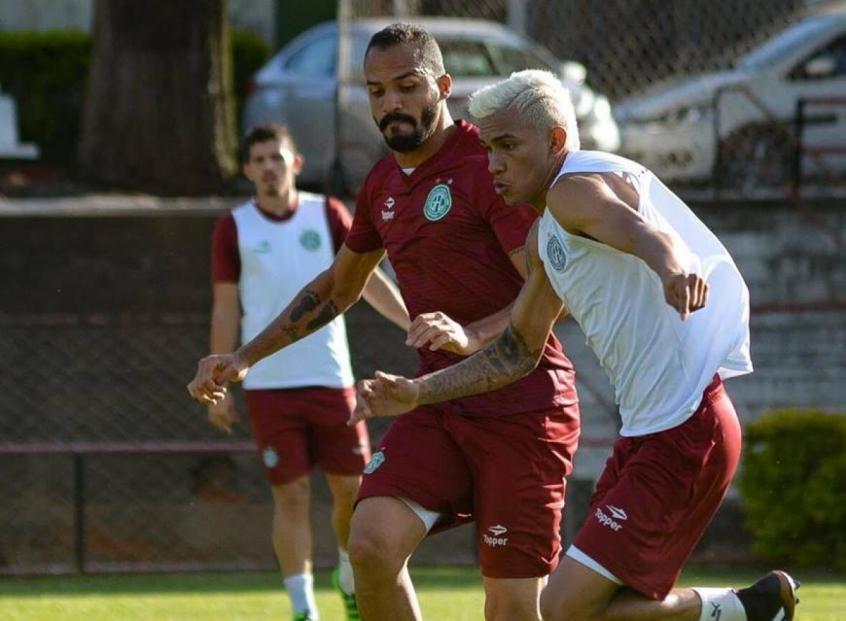Anselmo Ramon foca na partida contra o Goiás (Foto: Divulgação)