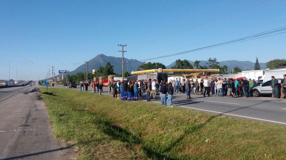 Manifestação de caminhoneiros continua na Grande Florianópolis. Na foto, movimento em Palhoça na manhã desta quinta-feira - PRF/Divulgação
