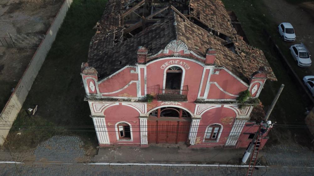 A parte que sobrou do telhado do antigo Cine ameaça a ruir a qualquer momento - Luiz Junior/Divulgação