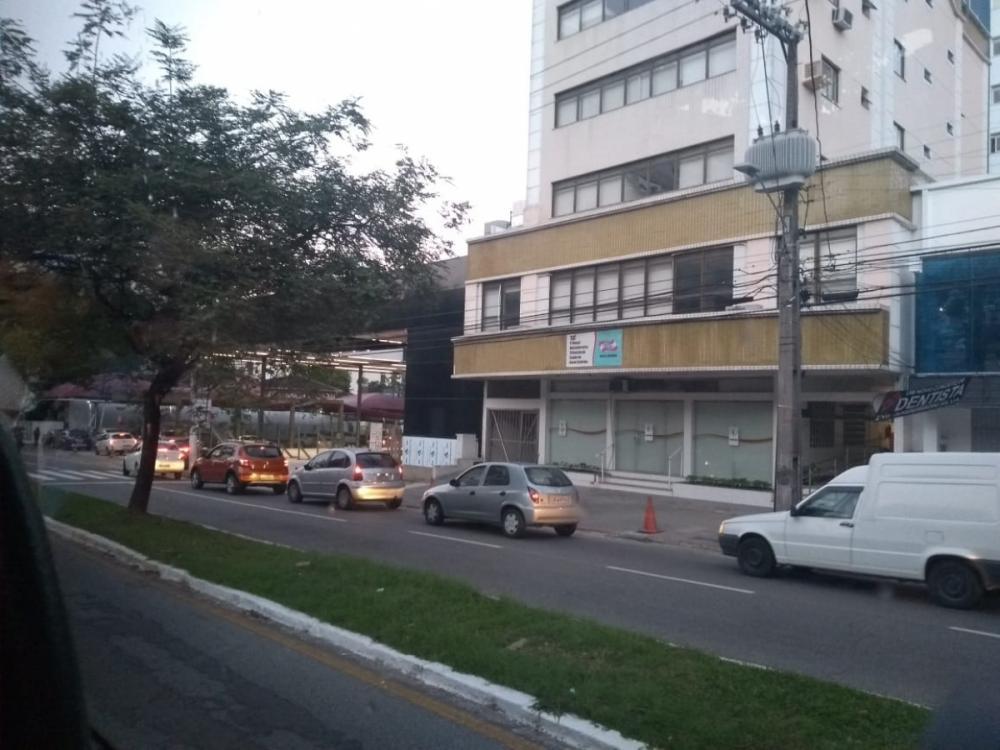 Motoristas formam em fila em posto de combustíveis na avenida Mauro Ramos, em Florianópolis - Marina Simões/ND