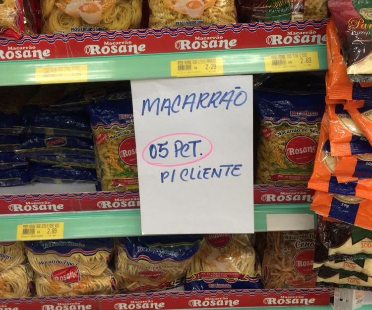 No bairro Bom Viver, em Biguaçu, supermercado já limita quantidade de insumos por cliente - Adriele Evangelista/RICTV