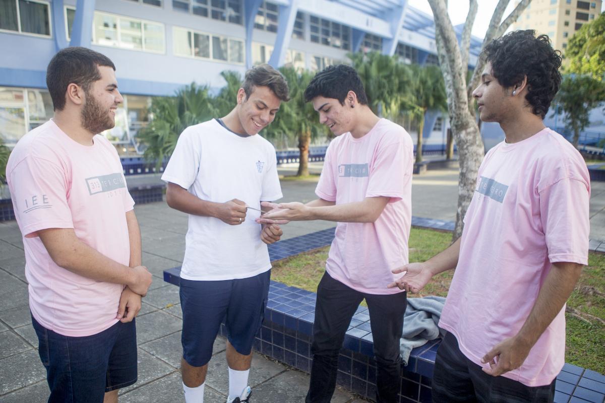 Brandon e Thiago, à esquerda, retiraram o título de eleitor este ano - Flávio Tin/ND