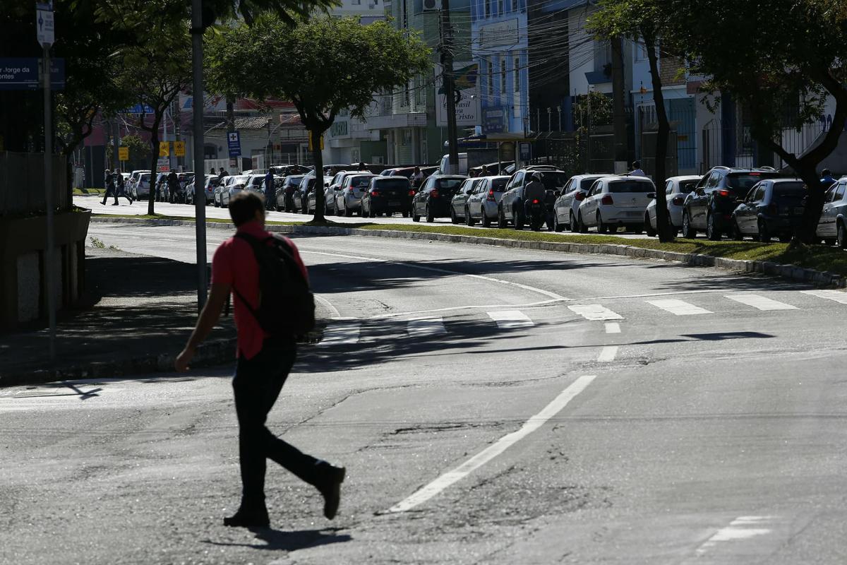 Fila nos postos de combustíveis em Florianópolis continuam na tarde desta quinta-feira. Na foto, movimento na avenida Mauro Ramos, no Centro - Daniel Queiroz/ND