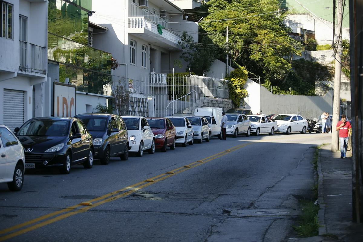 Fila para abastecer no posto de combustível da avenida Mauro Ramos já chega a 2,5 km - Daniel Queiroz/ND