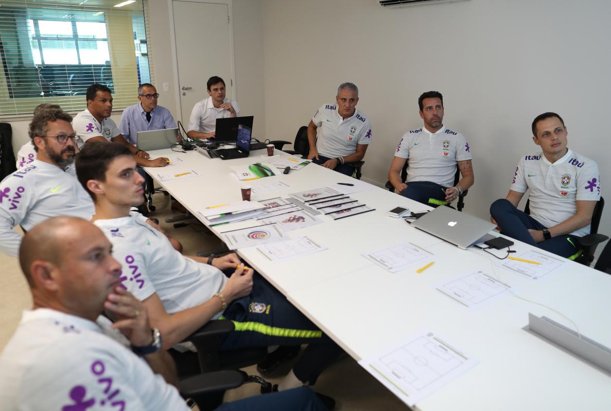 Henry (de azul) apresenta à comissão técnica da seleção o desempenho da Costa Rica - Lucas Figueiredo/CBF