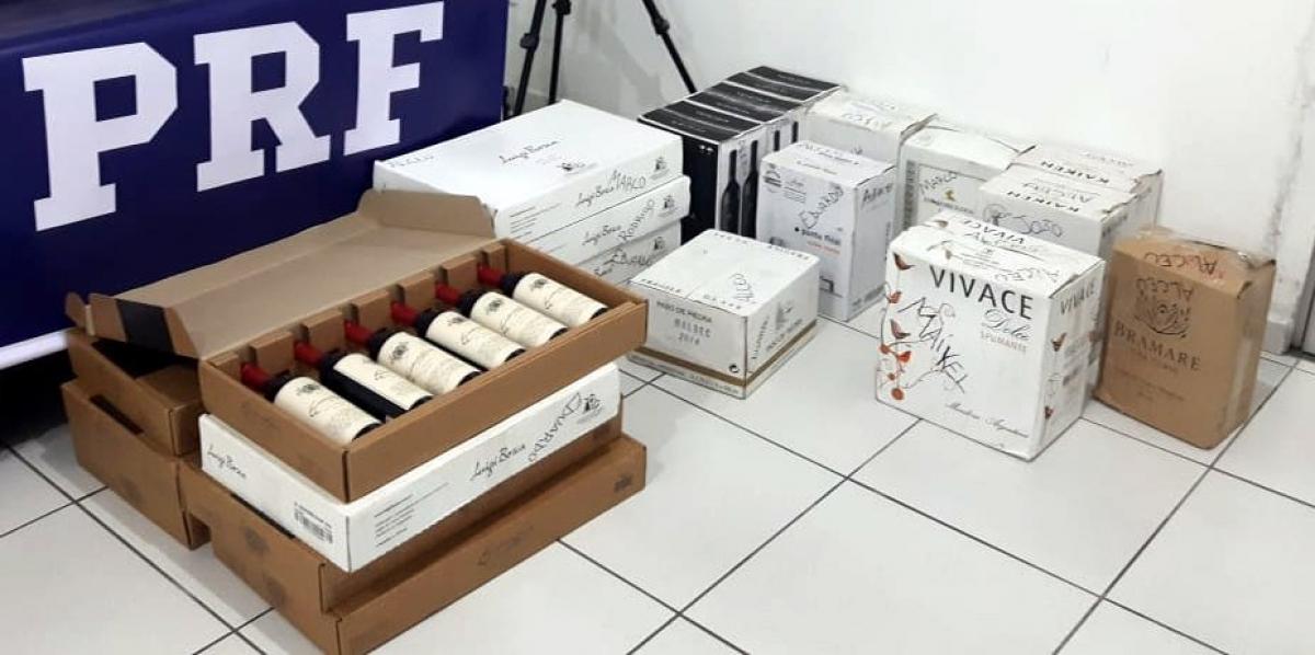 Foram encontradas 134 garrafas de vinho dentro do veículo - PRF/Divulgação/ND