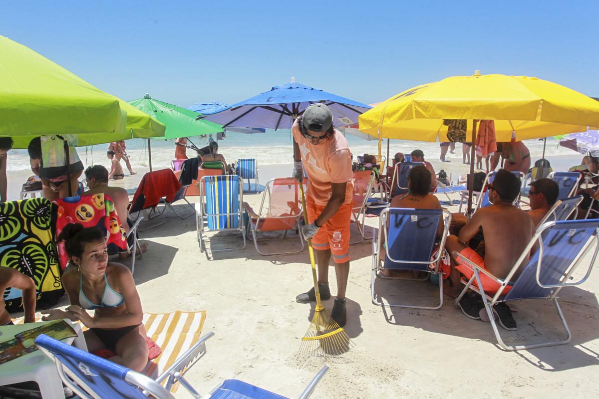 Com a cobrança da TPA, limpeza nas praias passou a ser feita em tempo integral - Marco Santiago/ND