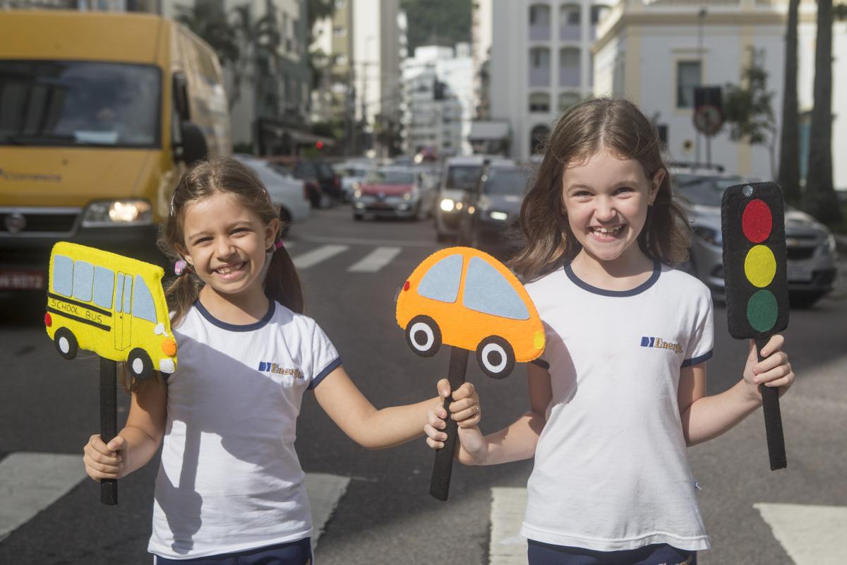 Débora (à esq.) e Valentina sabem de cor as regras básicas da boa convivência no trânsito - Flávio Tin/ND