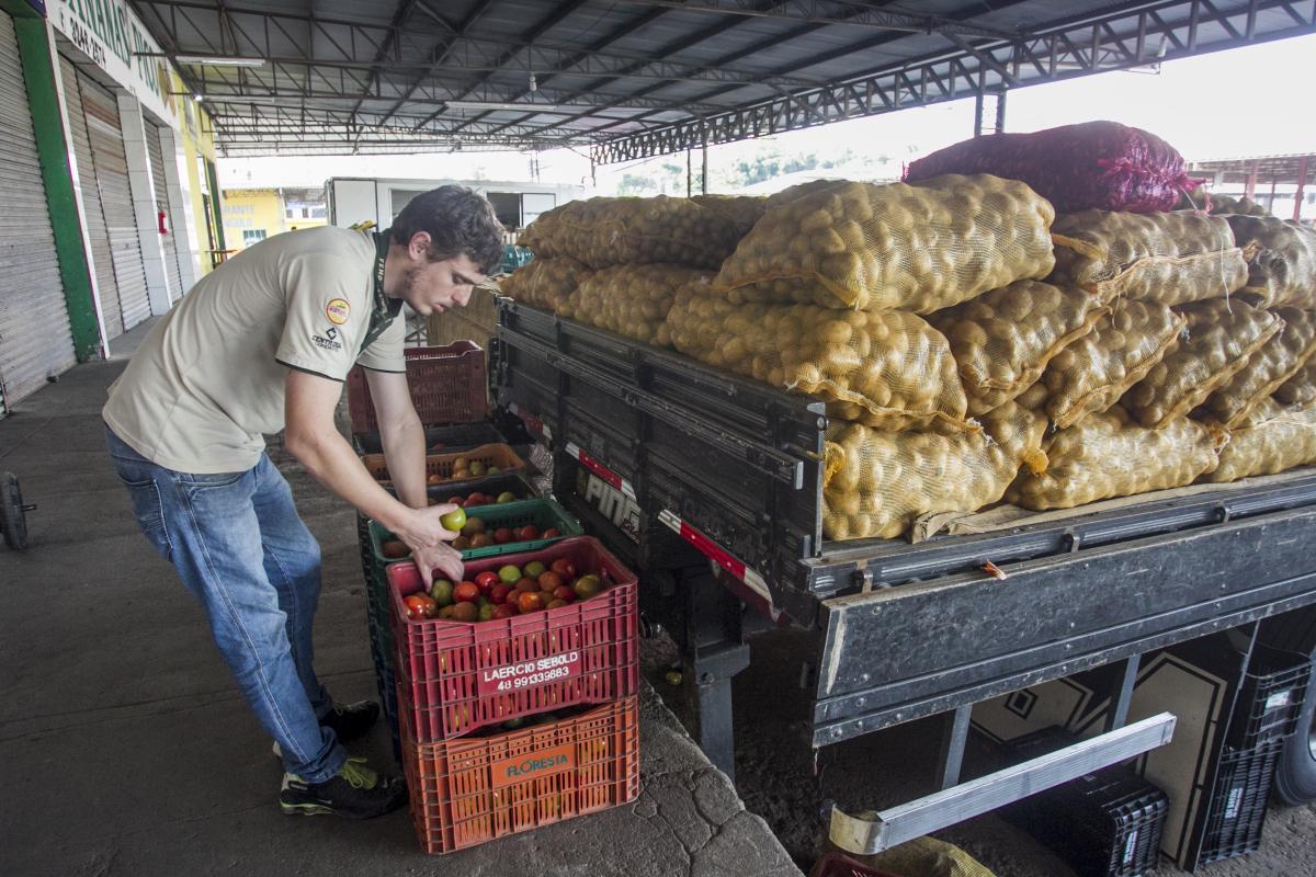 Gustavo, que ficou um dia sem ter produtos durante a greve, voltou a receber mercadorias nesta quinta - Marco Santiago/ND