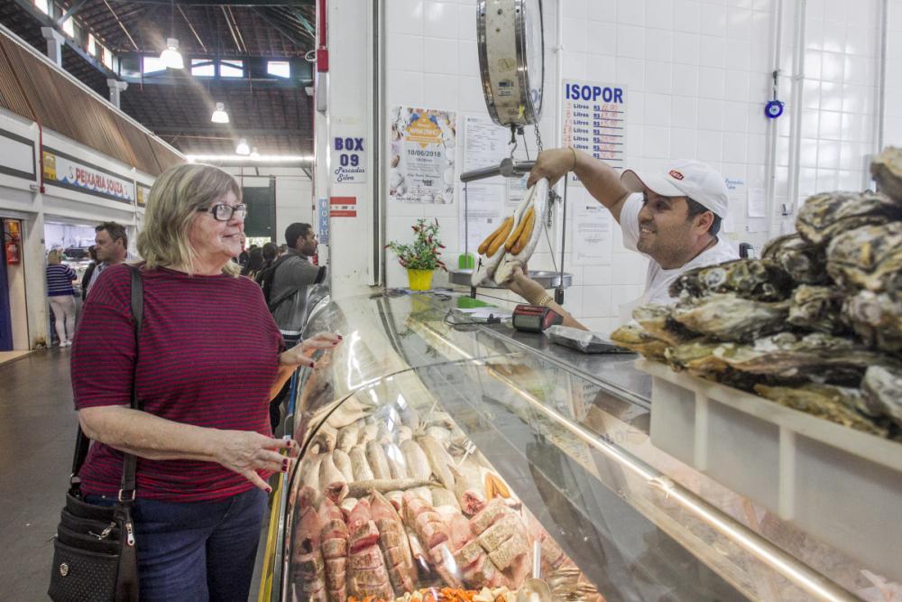 Hella comprou quatro quilos de tainha no Mercado Público - Marco Santiago/ND