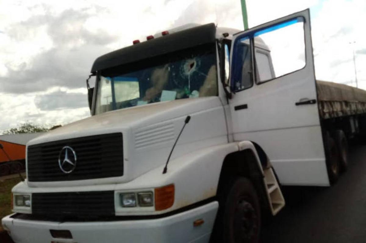 Caminhoneiro foi atacado com pedras - Reprodução/ND