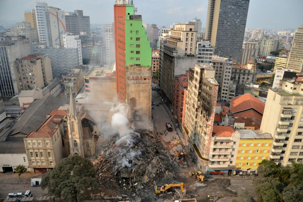 Trabalhos continuam com o uso de maquinário pesado, com o intuito de agilizar a remoção dos escombros - Rovena Rosa/Agencia Brasil