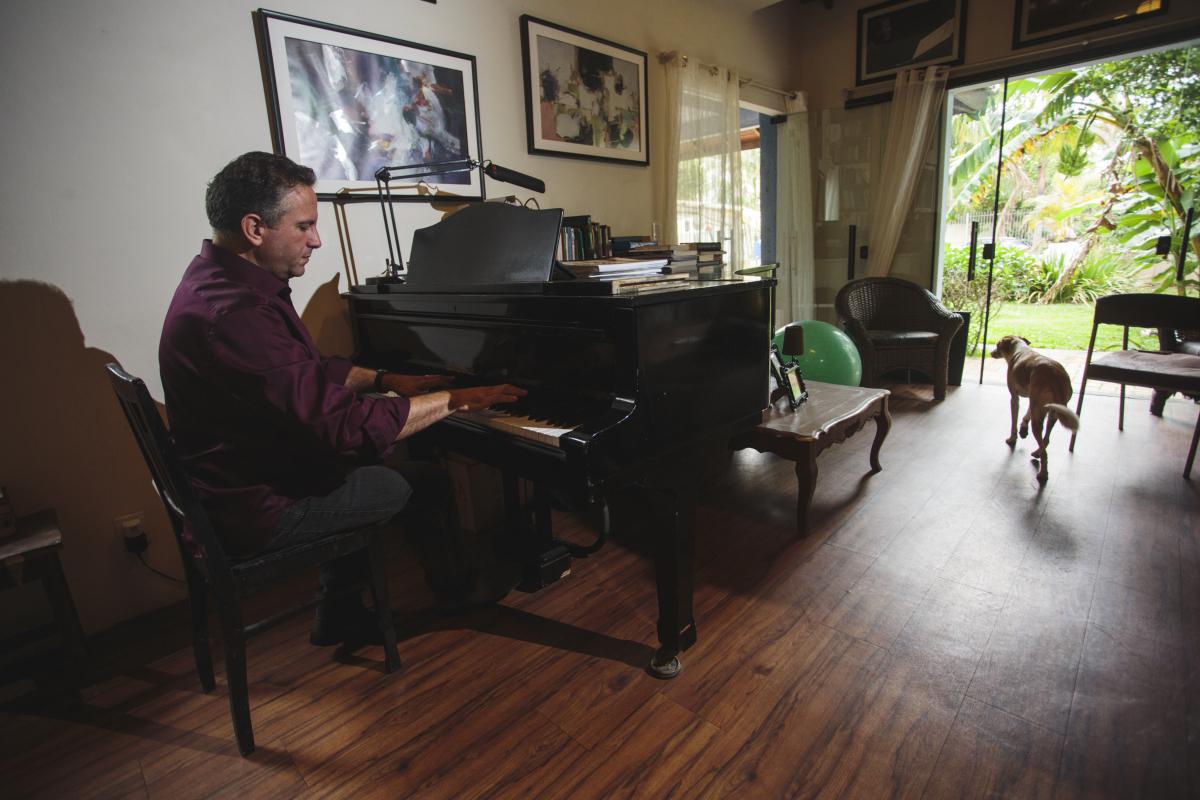 Heller iniciou na música aos noves anos, mas não se entregou ao piano de imediato - Daniel Queiroz/ND