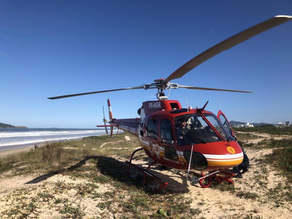 Helicóptero do Arcanjo resgata surfista na praia do Campeche nesta segunda (21) - Arcanjo/Divulgação