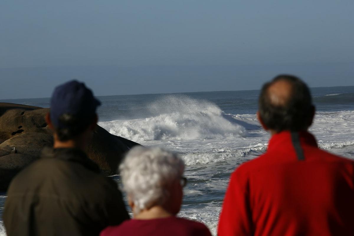 Moradores da Capital assistindo à ressaca na praia Mole na manhã desta segunda-feira - Daniel Queiroz/ND
