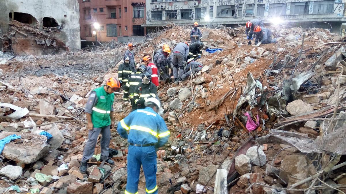 Bombeiros trabalharam durante toda a madrugada retirando manualmente os escombros em um ponto em frente ao antigo prédio - BombeirosPMESP/Divulgação