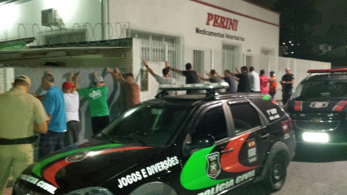Cerca de 200 homens foram revistados em São José - Polícia Civil/Divulgação