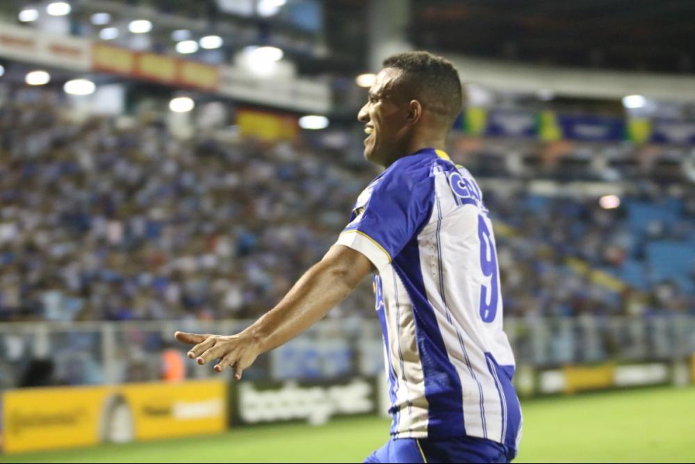 Romulo sai para o abraço após empatar a 1ª vez - Frederico Tadeu/Avaí FC/divulgação