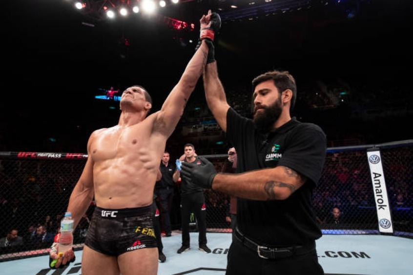 Mutante encaixou linda finalização na luta que fechou o card preliminar no Rio de Janeiro (Foto: Getty Images/UFC)