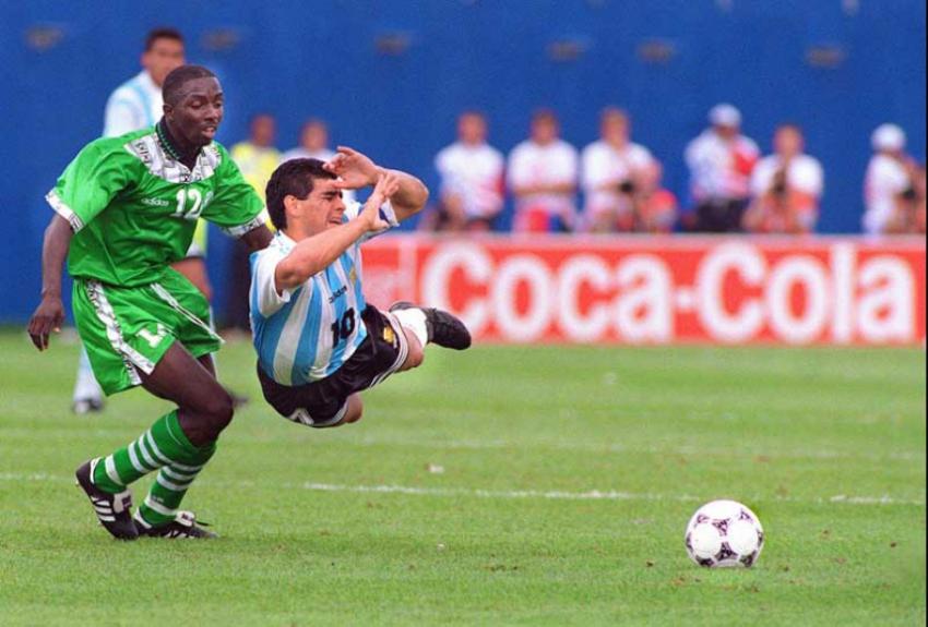 Copa de 1994 – Argentina 2 x 1 Nigéria – As duas equipes haviam goleado em suas estreias nos Estados Unidos. Era o duelo da campeã sul-americana, reforçada por Maradona, e da campeã africana, de Okocha, Amokachi entre outros craques. E o jogo começou ele – Foto: (Foto: AFP/TIMOTHY A. CLARY)
