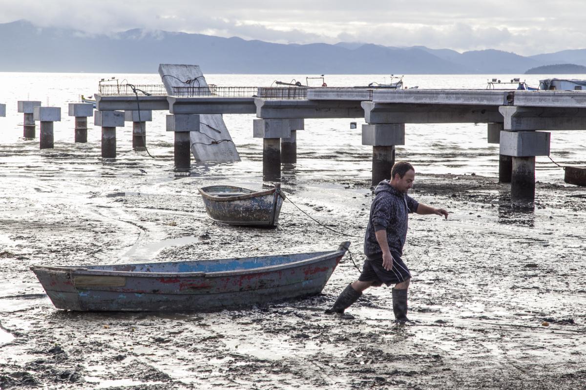 Lodo já dificultava vida do pescador quando o trapiche novo estava em construção. Foto: Marco Santiago/ND