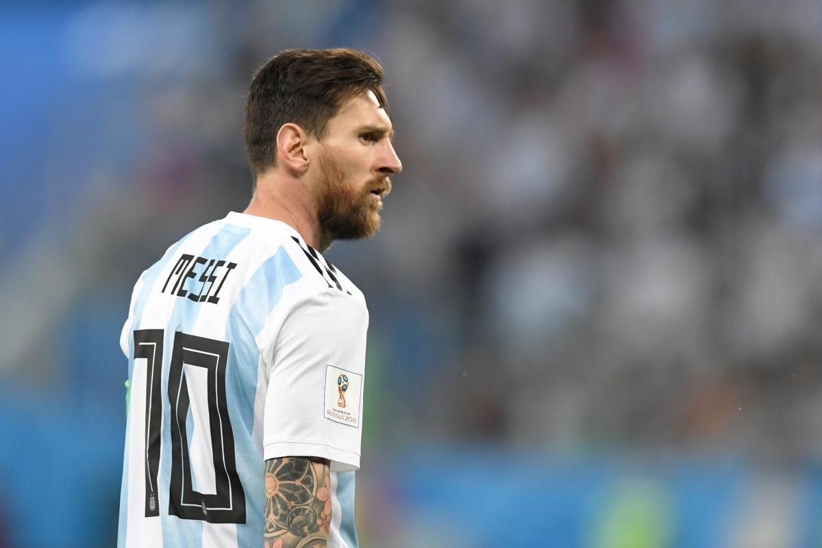 Lionel Messi teve boa intenção, mas foi contra protocolo de medidas sanitárias – Foto: AFP/divulgação