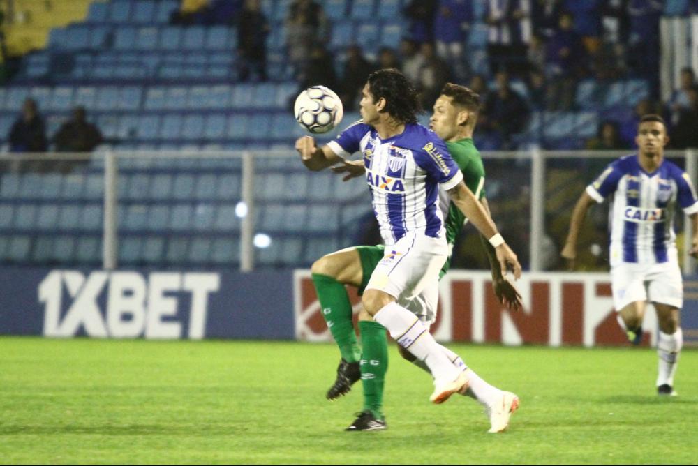 Romulo, ao fundo, teve que ser substituído em função de um problema bucal - Jamira Furlani/Avaí FC/divulgação