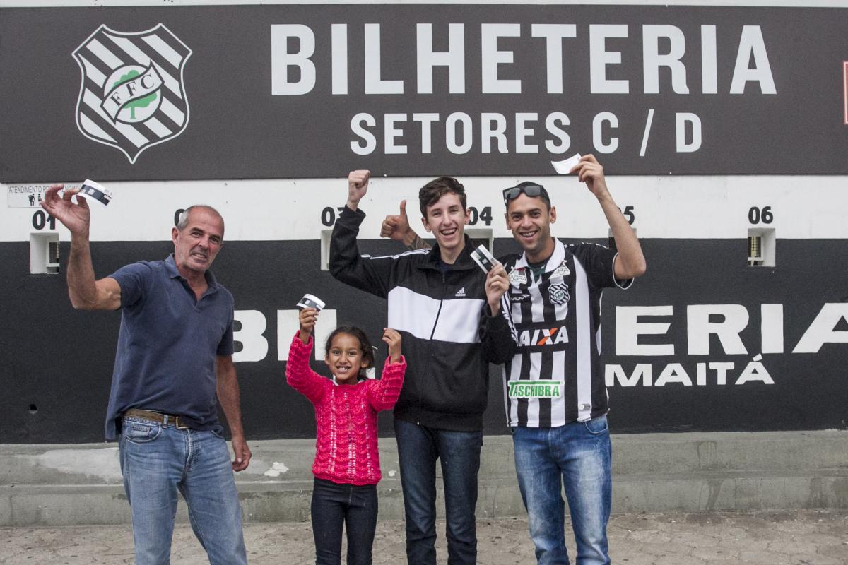 Família adquirindo ingressos para o jogo contra o Sampaio Correa, pela Série B - Marco Santiago/ND