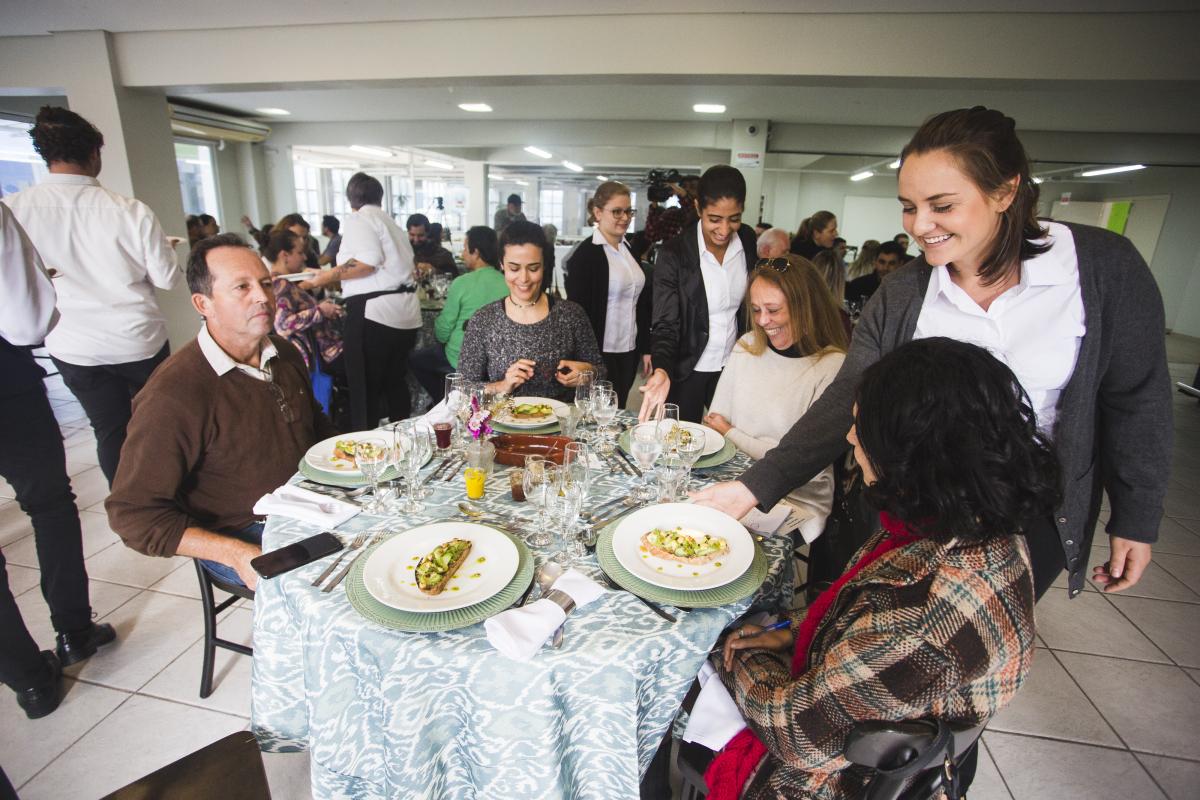 Convidados degustam os pratos e trocam experiências - Daniel Queiroz/ND