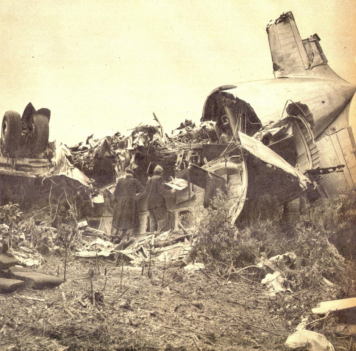 O avião destroçado, em São José dos Pinhais (PR): 18 pessoas morreram no desastre - Revista O Cruzeiro/Divulgação/ND