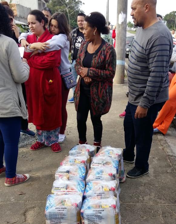 A rede solidária Somar Floripa, da prefeitura, entregou alimentos para os atingidos neste domingo - PMF/Divulgação/ND